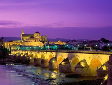 Cordoba Mezquita mit Römerbrücke über Guadalquivir