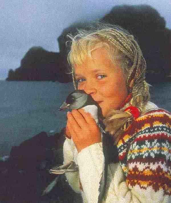 Isländermädchen mit Papageitaucher auf Heimaey