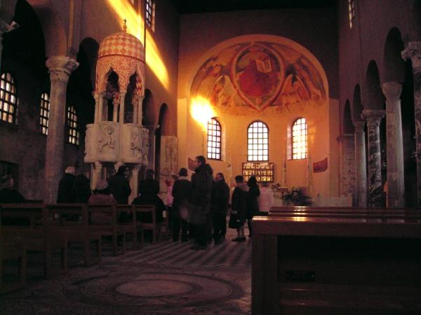 Basilica di Sant'Eufemia von innen mit der auffälligen Kanzel mit ihren sienaroten Verzierungen