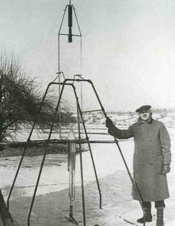 Am 16. März 1926 startete Robert Hutchings Goddard in Auburn, Massachusetts, die erste Rakete der Welt mit Flüssigkeitstriebwerk. Das Raketentriebwerk ragt über das Startgestell hinaus, es ist durch Leitungen mit den unten befindlichen Triebstofftanks verbunden. Die Rakete stieg in zweieinhalb Sekunden zwölfeinhalb Meter hoch und flog 56 Meter weit. Goddard konstruierte die gesamte Ausrüstung und entwickelte den Treibstoff selbst.