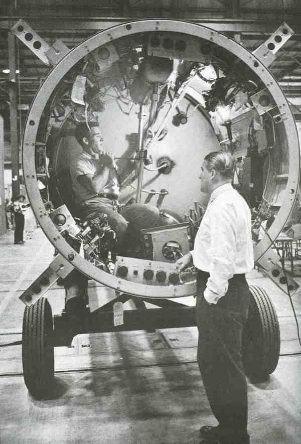 Wernher von Braun beaufsichtigt einen Techniker, der in einem Redstone-Geräteteil arbeitet – dem komplizierten Oberteil, das alle Lenk- und Steuervorrichtungen der Rakete enthält. Als Leiter der Forschungs- und Entwicklungsabteilung in Redstone unterstanden von Braun rund 3500 Wissenschaftler und Techniker.