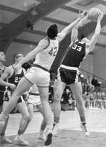 Kevin MacDonald (#42) beim Basketballspiel in den frühen 1960ern