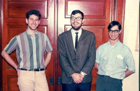 Kevin MacDonald (Mitte) im Alter von 22 Jahren mit seinen Zimmerkollegen an der University of Wisconsin im Januar 1966