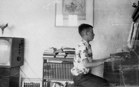 Kevin MacDonald, der Musiker, am Klavier; ca. 1955-56