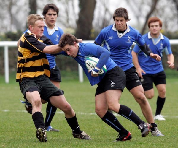 Ein Rugbymatch, bei dem ein uruguayisches Team (in Blau) gegen ein britisches Team spielt