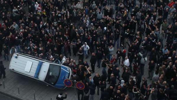 Umstürzen eines Polizeiwagens in Köln
