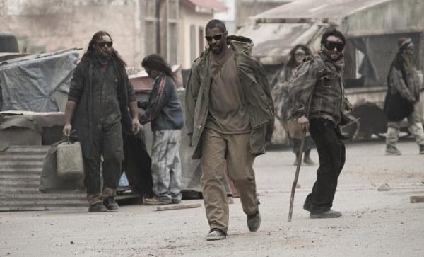 Eli (Denzel Washington) marschiert in das heruntergekommene Wüstenkaff des Schurken Carnegie ein.