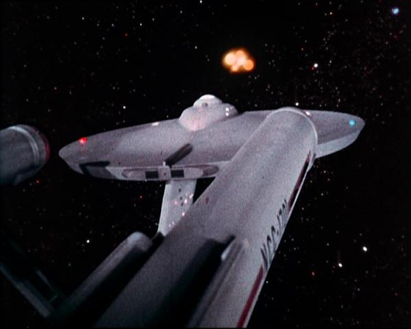 """""""Der Weltraum: Unendliche Weiten. Dies sind die Abenteuer des Raumschiffs Enterprise, das mit 400 Mann Besatzung fünf Jahre lang unterwegs ist, um neue Welten zu erforschen, neues Leben und neue Zivilisationen. Viele Lichtjahre von der Erde entfernt dringt die Enterprise in Galaxien vor, wo nie ein Mensch zuvor gewesen ist."""""""