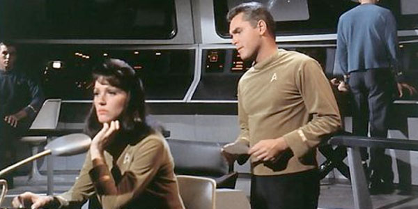 """Noch einmal Majel Barrett als """"Number One"""" mit Captain Pike."""