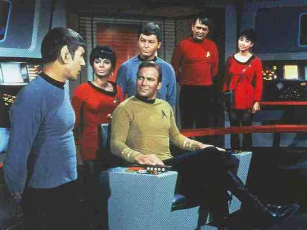 Fast schon vollzählige Serienbesatzung: Spock, Uhura, Kirk, McCoy und Scotty. Sulu und Janice Rand waren damals auch schon dabei (hier nicht im Bild), Chekov und Christine Chapel aber noch nicht.