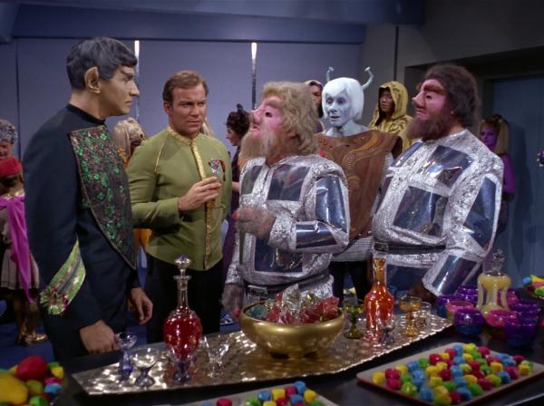 """""""Die Reise nach Babel"""": Spocks Vater, der vulkanische Botschafter Sarek (Mark Lenard [Mark Rosenson]), Kirk, zwei Tellariten und ein Andorianer."""