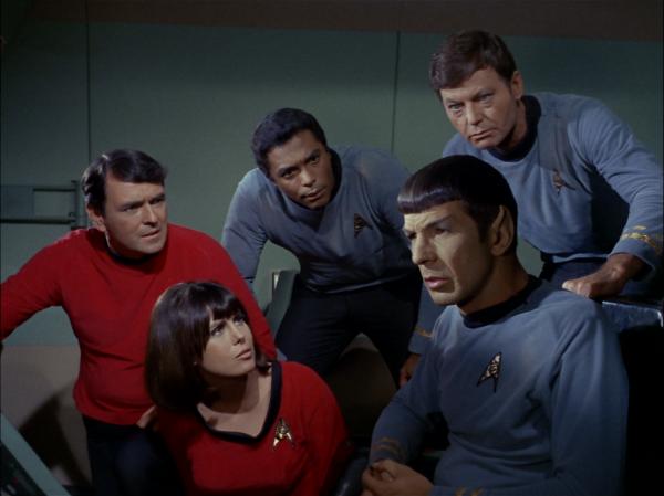 Notgelandet: Mr. Scott, Miss Mears (Phyllis Douglas), Lt. Boma (Don Marshall), Spock und McCoy.