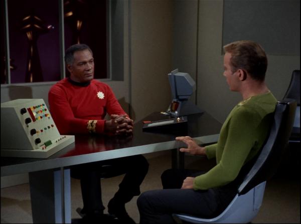 """""""Kirk unter Anklage"""": Captain Kirk ist als Angeklagter in einer Kriegsgerichtsverhandlung dem schwarzen Prozeßführer Captain Stone (Percy Rodriguez) unterstellt – eine 1966 noch sehr gewöhnungsbedürftige Situation."""