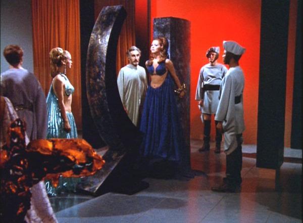 Plasus (Jeff Corey, Mitte), seine Tochter Droxine (Diana Ewing, links) und die gefangene Dienerin Vanna (Charlene Polite, Mitte), eine Troglytenführerin, die nun gefoltert werden soll.
