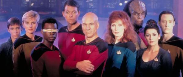"""Die Besatzung der neuen """"Enterprise"""" in der ersten Staffel, von links nach rechts: Wesley Crusher, Sicherheitsoffizier Lt. Tasha Yar, Chefingenieur Lt. Cdr. Geordi LaForge, Erster Offizier Commander William Riker, Captain Jean-Luc Picard, Schiffsarzt Dr. Beverly Crusher, Lt. Worf, Counselor Deanna Troi, Android Lt. Cdr. Data."""