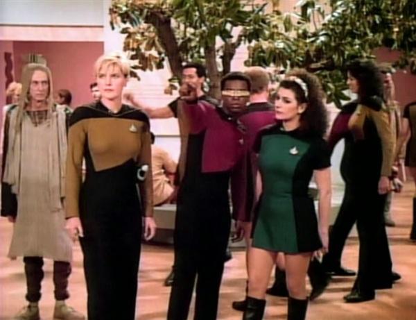 """Hoch die Vielfalt: Tasha Yar, Geordi LaForge und Deanna Troi in """"Mission Farpoint""""."""