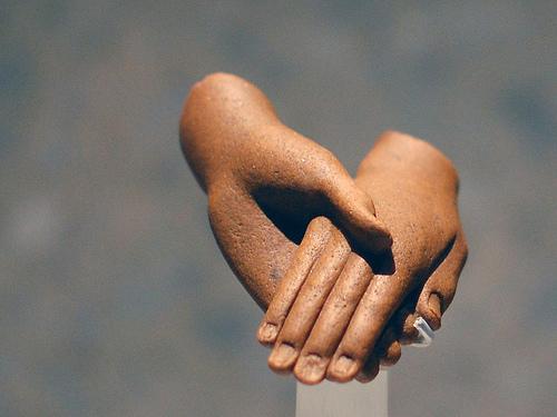 Einander haltende Hände von einer Figur von Echnaton und Nofretete, Ägyptisches Museum Berlin