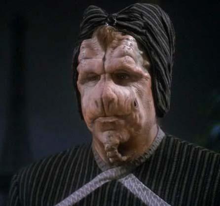 Föderationspräsident Jaresh-Inyo, ein Grazerit, unter dessen Kopfbedeckung sich zwei zehn Zentimeter lange Hörner verbergen.
