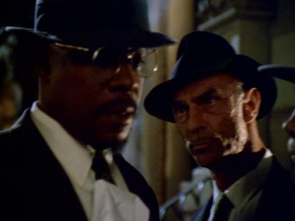 Benny Russell wird von einem weißen Polizisten (Marc Alaimo, der sonst den Cardassianer Gul Dukat spielt) angestänkert und schikaniert, der nicht glauben will, daß Benny im Verlagsgebäude mehr als nur der Hausmeister ist und sich den Anzug vom dort verdienten Geld gekauft hat.
