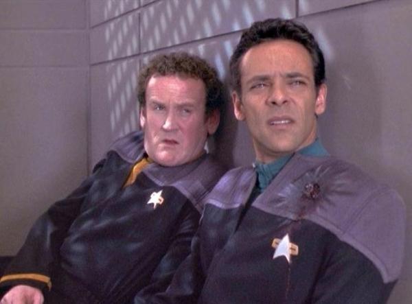 """Chief O'Brien und Dr. Bashir in """"Extreme Maßnahmen"""", wo sie unter Lebensgefahr versuchen, dem Agenten Sloan vom Geheimdienst """"Sektion 31"""" Informationen für ein Heilmittel gegen Odos Krankheit abzujagen."""