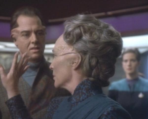 Enina Tandro gesteht ihrem Sohn, der Jadzia vor Gericht stellen will, die Wahrheit.