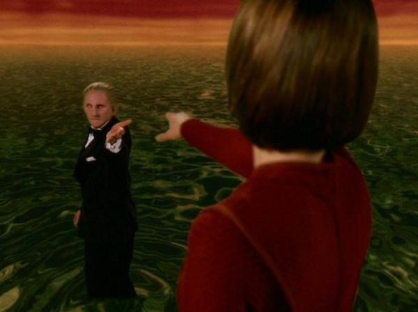 """Odo verabschiedet sich von Kira und taucht in die """"Große Verbindung"""" ein, den aus seinen Artgenossen gebildeten planetenweiten Ozean."""