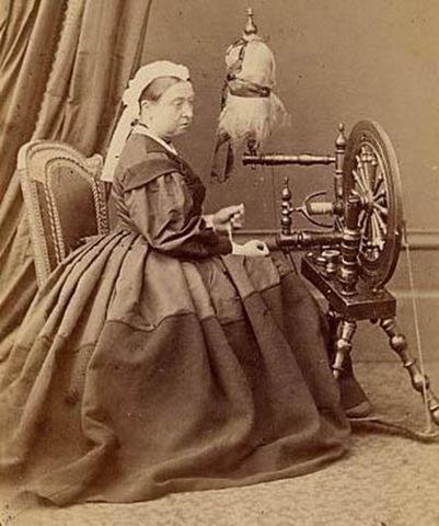 Königin Viktoria beim Spinnen von Wolle