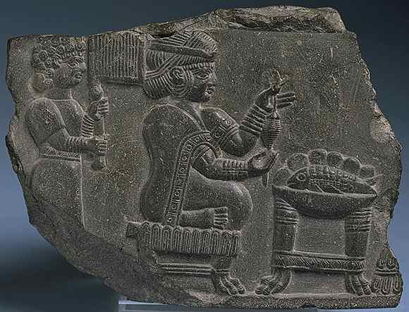 Frau von hohem Status beim Spinnen von Wolle, während ein Diener ihr Luft zufächelt. Susa, 3. Jahrtausend v. Chr.
