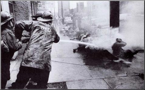 Schwarze werden in Birmingham mit dem Schlauch abgespritzt.