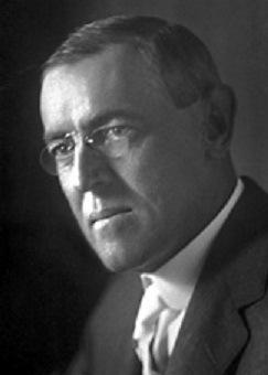 """Woodrow Wilson – Zitat: """"Einige der größten Männer in den USA auf den Gebieten Handel und Industrie haben Angst vor jemandem, haben Angst vor etwas. Sie wissen, dass es eine Macht gibt, so organisiert, so geheimnisvoll und subtil, so wachsam, so vernetzt, so vollständig, so allgegenwärtig, dass sie besser flüstern, wenn sie abfällig über sie sprechen."""""""