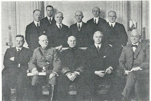 """Amerikanische Wirtschaftsdelegation zur Pariser Friedenskonferenz: Bernard Baruch sitzend zweiter von rechts. """"Colonel"""" Edward Mandel House stehend dritter von rechts."""