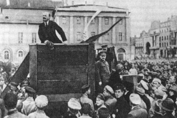 Oben, stehend Lenin, der einem kommunistischem Mob im Mai 1920 eine Hetzrede hält. Unterhalb von ihm auf den Stufen der Plattform die jüdischen Kommissare Trotzki und Kamenew, die um den zweiten Platz in der bolschewistischen Hierarchie rivalisierten.