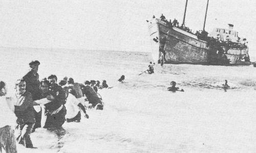 Illegale jüdische Einwanderer aus Europa waten 1946 in Palästina an Land. Möglicherweise wurden viele davon als Holocaustopfer gezählt.
