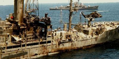 USS Liberty nach dem israelischen Angriff. Die Überlebenden zählten 821 Löcher in der Schiffshülle und den Aufbauten des durchsiebten Schiffes.