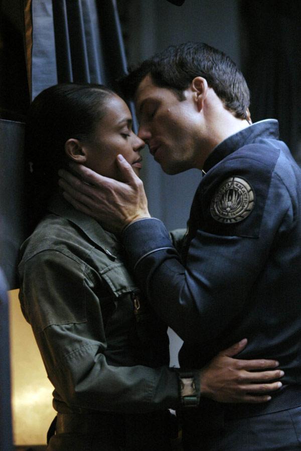 Kandyse McClure + Jamie Bamber Galactica kiss
