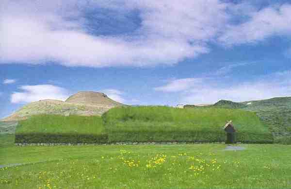Der Bauernhof in Þjóðveldisbær ist eine Rekonstruktion des Bauernhofs im nahen Stöng aus der späten Wikingerzeit. Links von der Haupthalle (skáli) erstreckt sich die stofa; der Haupteingang befindet sich rechts, der Lagerraum für Molkereiprodukte und die Latrine liegen hinter dem Gebäude.