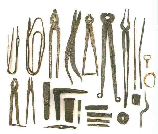 Werkzeugsatz aus dem 8. Jahrhundert. Staatliche Eremitage Sankt Petersburg, Alt-Ladoga, Instrumentenfund, Eisen, geschmiedet.