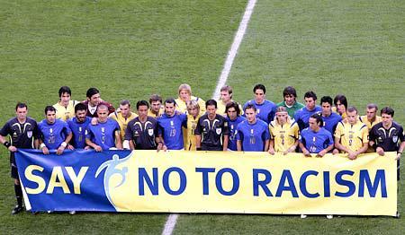 Ritual der antiweißen Antirassismus-Religion bei der Fußball-WM 2006.