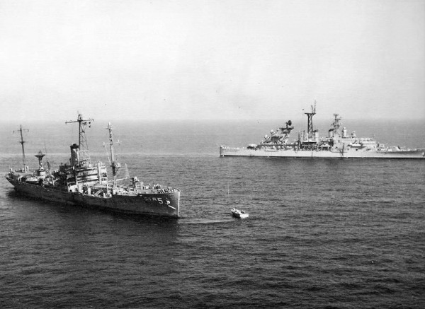 """Die angeschlagene """"Liberty"""" nach dem Angriff, mit dem amerikanischen leichten Lenkwaffenkreuzer CLG-4 """"Little Rock"""" im Hintergrund."""