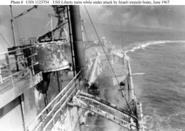 """Die """"USS Liberty"""" fährt während des Angriffs israelischer Torpedoboote Ausweichmanöver."""