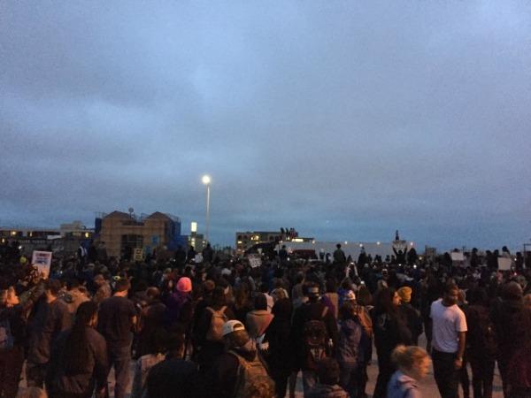 Die Interstate 880, gesperrt von einem schwarzen Mob.