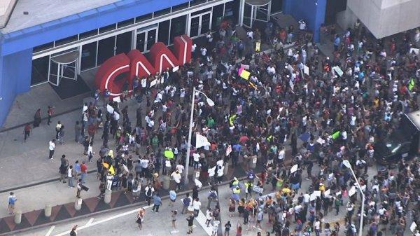Ein schwarzer BLM-Mob brandet gegen das CNN-Hauptquartier an.