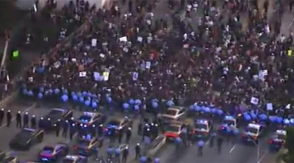 """""""Protestierende"""" von """"Black Lives Matter"""" in einer Pattsituation mit der Polizei."""