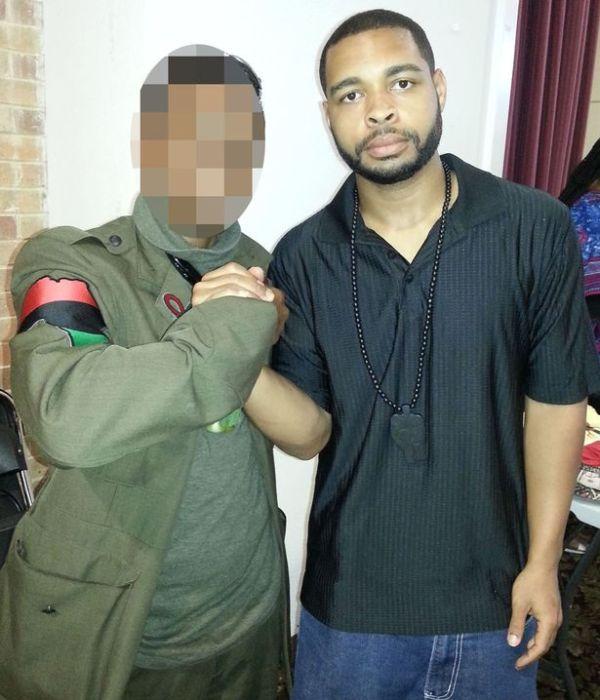 Mörder Micah Johnson posiert mit einem Mann, der das Gewand der schwarzen Militanten mit einem Afrika-Aufnäher trägt. Werden die dreifarbige Panafrika-Flagge und damit verwandte Symbole nun angegriffen und verboten werden, wie es mit der Konföderiertenflagge geschah? Warten Sie nicht darauf.