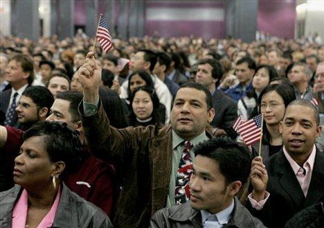 Rechtliche Formalitäten und Händeschwenken: eine kürzlich erfolgte amerikanische Einbürgerungszeremonie