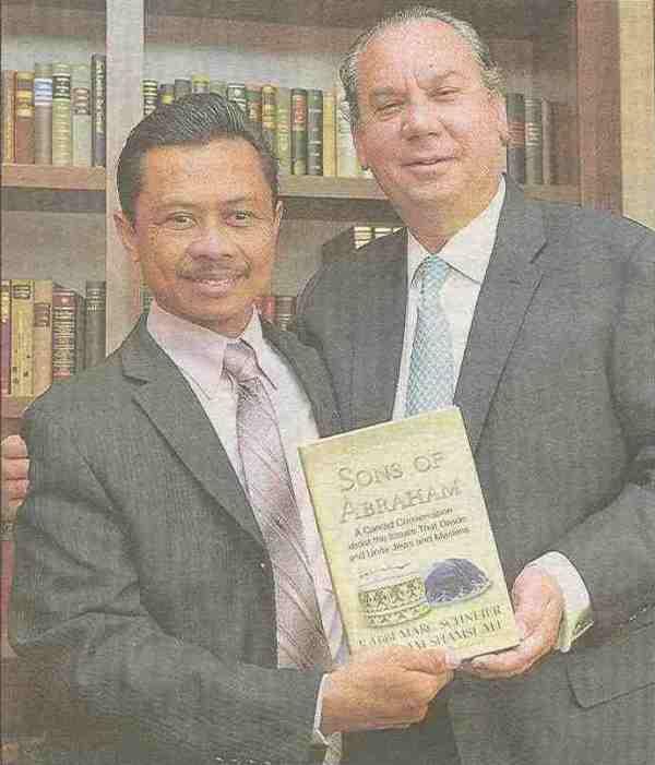 """""""Söhne Abrahams"""": Imam Shamsi Ali und Rabbi Marc Schneier mit ihrem Buch."""