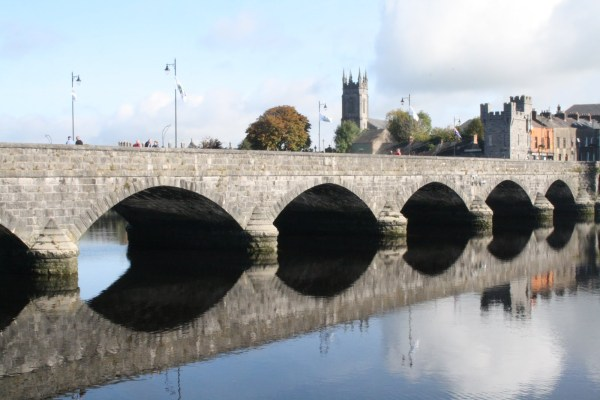 Limerick: Thomond Bridge und King John's Castle.