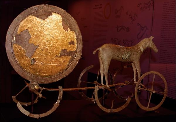Sonnenwagen von Trundholm aus der älteren Nordischen Bronzezeit (ca. 1400 v. Chr.), Dänemark (Bild vom Übersetzer eingefügt)