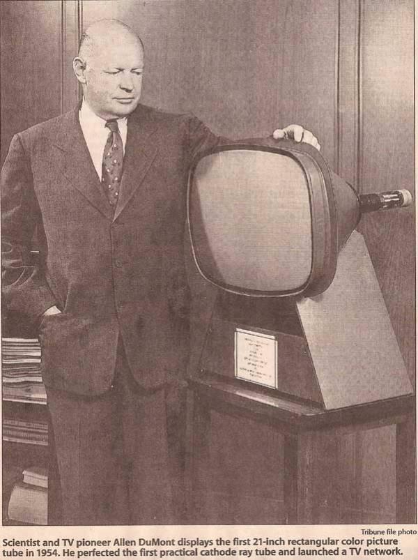 Der Wissenschaftler und Fernsehpionier Allen DuMont zeigt 1954 die erste rechteckige 21-Zoll-Farbbildröhre. Er perfektionierte die erste praktische Kathodenstrahlröhre und gründete ein Fernsehnetzwerk.