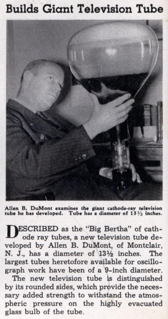 """Der 37jährige Allen Du Mont untersucht 1938 die """"Dicke Berta"""" der Kathodenstrahlröhren."""